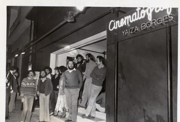 Foto 1_ Miembros del Yaiza Borges delante del Cinematógrafo en 1982