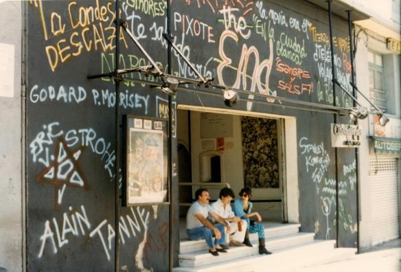 05_Fachada intervenida del Cinematógrafo para su cierre en mayo de 1986. Foto Juan A Castaño